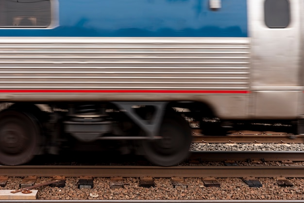 Train on rail vista frontale