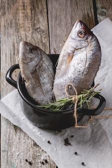 Traino di pesce crudo con rosmarino