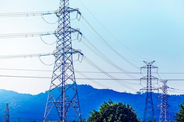 Traliccio trasmissione di energia elettrica staglia contro il cielo blu a d