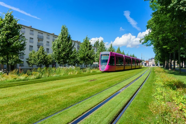 Tram per le strade di reims, in francia