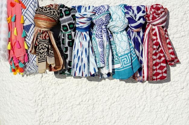 Trama della sciarpa sul muro bianco