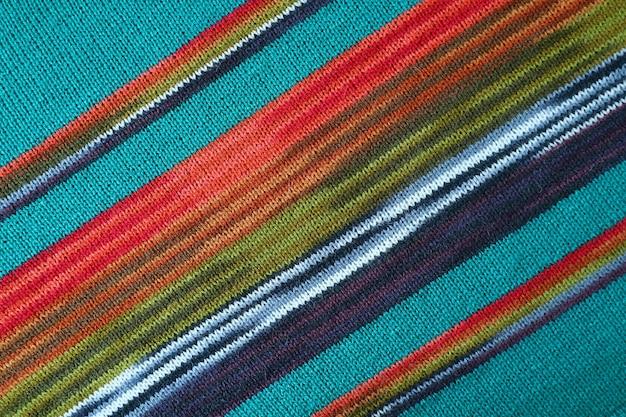 Trama di blu turchese con tessuto di lana lavorato a maglia alpaca a strisce rosse e verdi