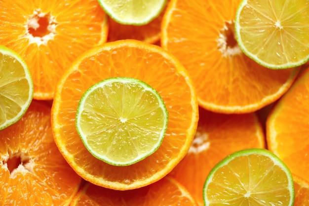 Trama di frutta fresca a fette arancione. macro, vista dall'alto, copia spazio. cibo. arance succose e lime