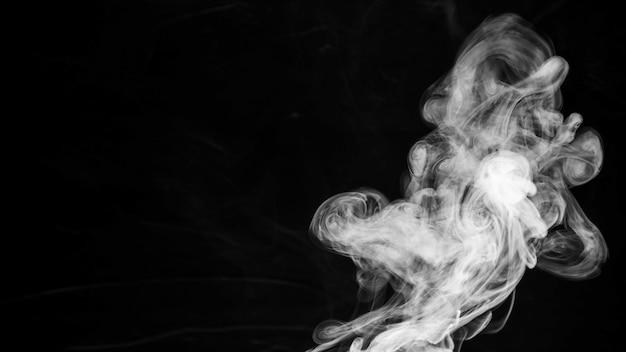 Trama di fumo su sfondo nero con spazio di copia