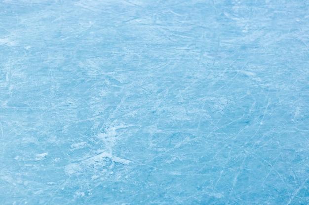 Trama di ghiaccio astratta. sfondo blu natura. tracce di lame di pattini su ghiaccio