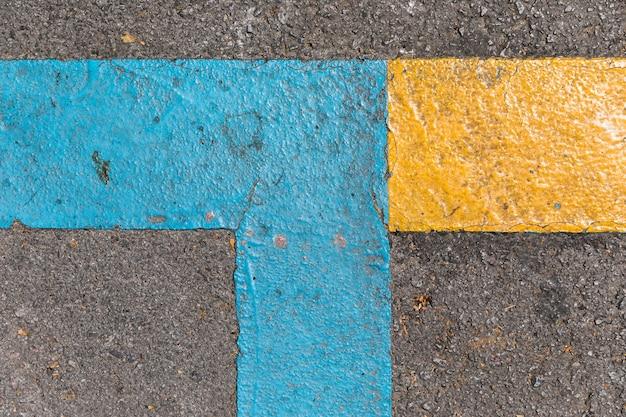 Trama di pavimentazione con segnali stradali