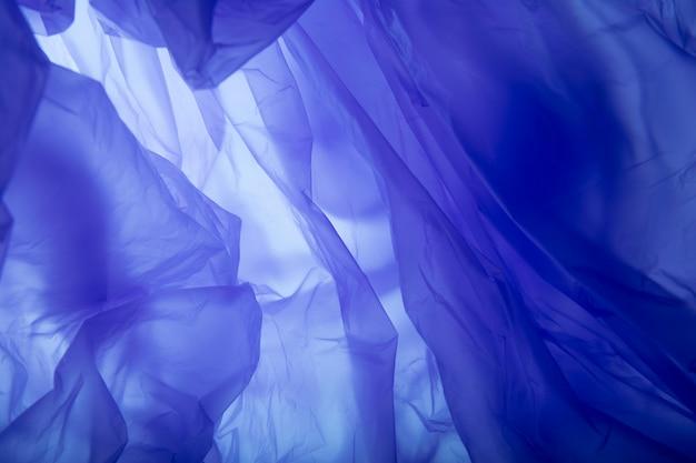 Trama di sacchetto di plastica blu. sfondo di seta blu