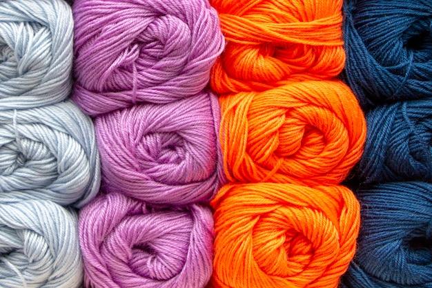 Trama di sfondo di filato multicolore acrilico. bella trama del filo. gomitoli di lana.