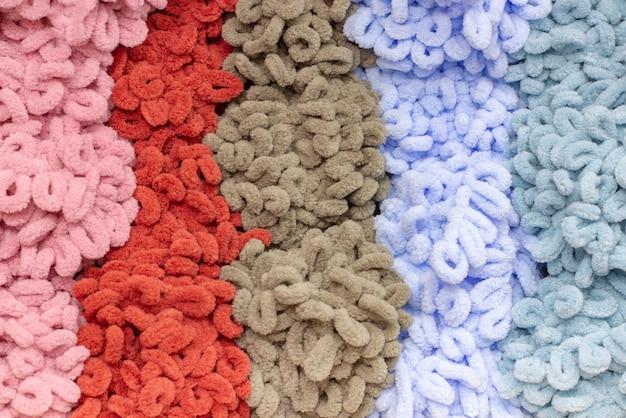 Trama di sfondo di filato multicolore peluche. bella trama del filo. gomitoli di lana.