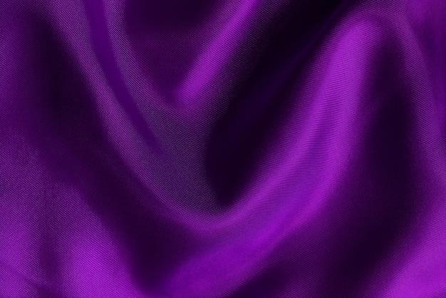 Trama di stoffa di tessuto viola per opere d'arte di sfondo e design, bellissimo motivo stropicciato di seta o lino.