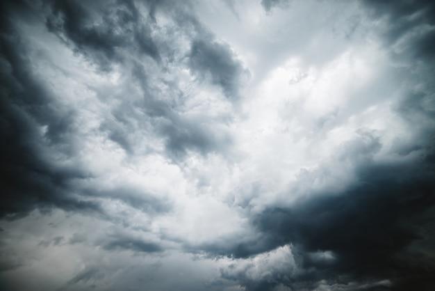 Trama drammatica cloudscape. nuvole scure di temporale prima della pioggia. nuvoloso brutto tempo piovoso. avviso di tempesta.