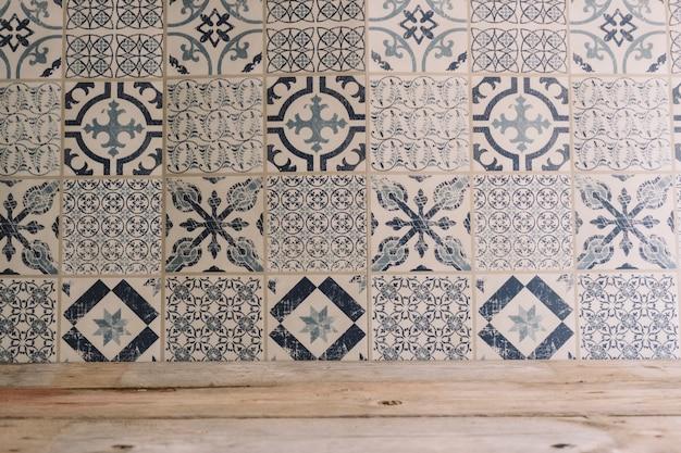 Trama in legno e piastrelle a mosaico