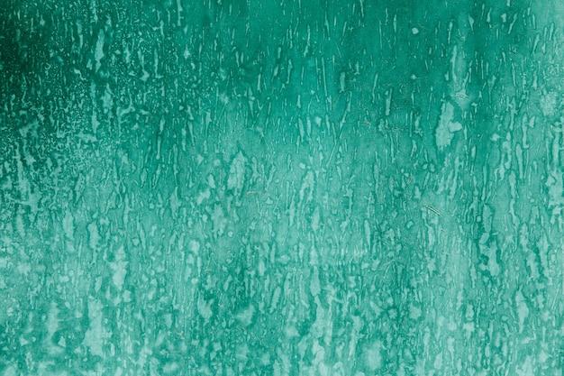 Trama verde sul muro con ruggine