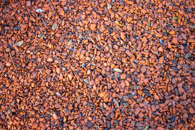 Trame del pavimento realizzate con resti di mattoni e terra