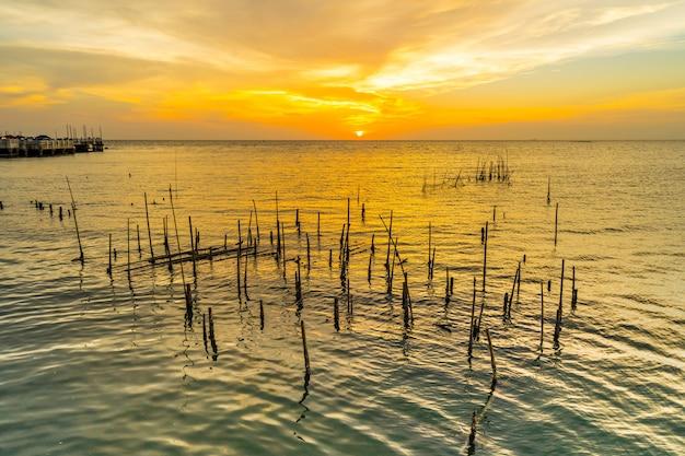 Tramonto a laem tan bangsan beach, sriracha, chonburi, tailandia.