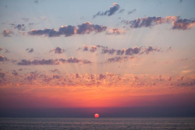 Tramonto al mare varietà di colori e tonalità del sole