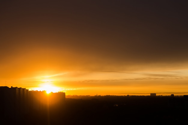 Tramonto arancione in città. paesaggio urbano silhouette