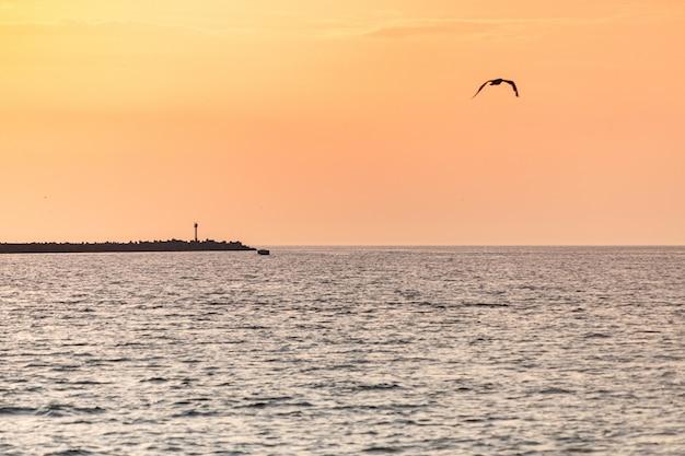 Tramonto baltico. incredibili colori del paesaggio marino. sogni di viaggio e libertà