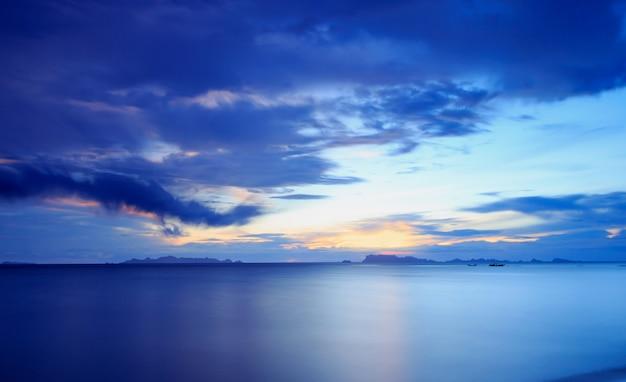 Tramonto blu tropicale drammatico panoramico e fondo del cielo