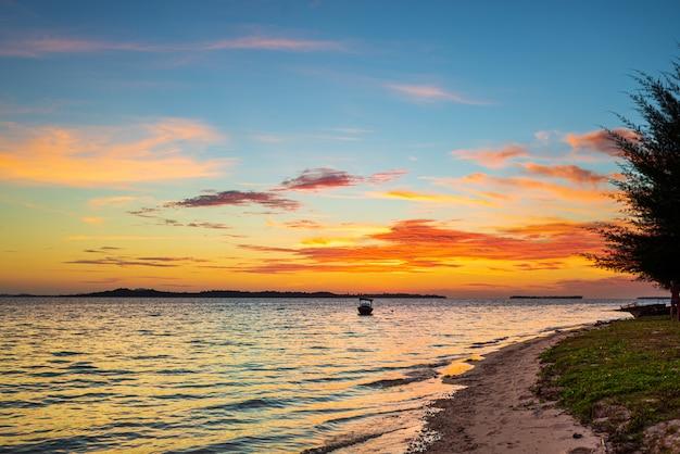 Tramonto colorato cielo sul mare, spiaggia deserta tropicale, nessun popolo, nuvole drammatiche, destinazione di viaggio scappare, lunga esposizione indonesia sumatra isole banyak