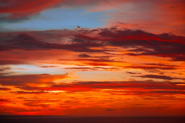 Tramonto colorato nell'oceano indiano