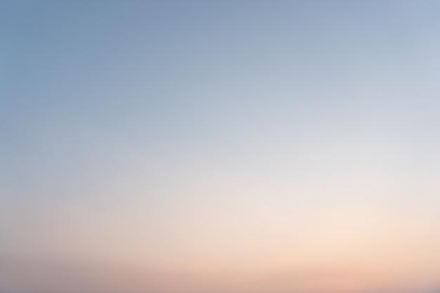 Tramonto colorato sfocato con luce intensa