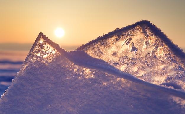 Tramonto colorato sopra il ghiaccio cristallino del lago baikal
