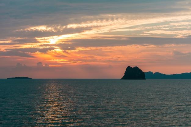 Tramonto colorato sulla spiaggia in thailandia.
