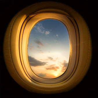 Tramonto dalla finestra dell'aeroplano, piazza ritagliata