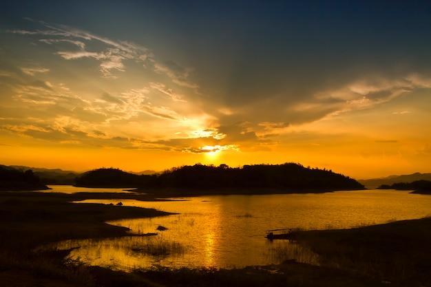 Tramonto del cielo, tempo crepuscolare alla diga di kaeng-krachan, parco nazionale della tailandia, phetchaburi, tailandia