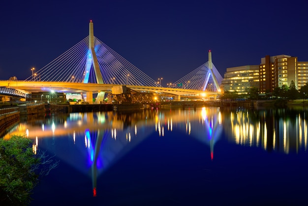 Tramonto del ponte di boston zakim in massachusetts