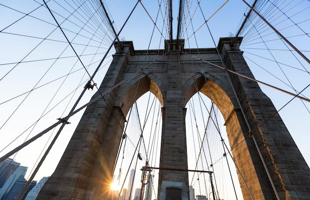 Tramonto del ponte di brooklyn con l'orizzonte stati uniti di manhattan