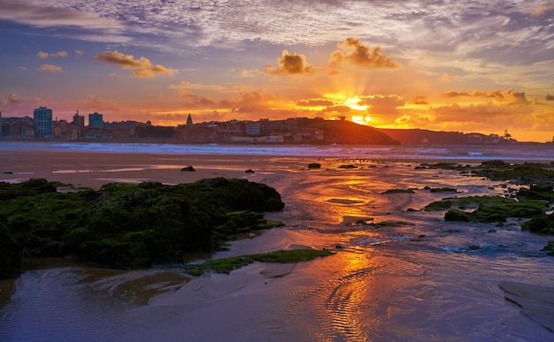 Tramonto dell'orizzonte di gijon in spiaggia san lorenzo asturie