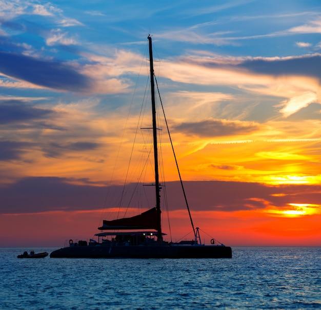 Tramonto della barca a vela di catamarano di ibiza san antonio abad