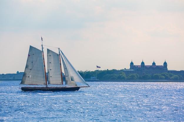 Tramonto della barca a vela di new york ed ellis island