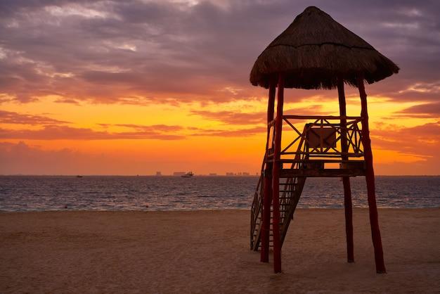 Tramonto della spiaggia caraibica dell'isola di isla mujeres