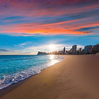 Tramonto della spiaggia di benidorm alicante playa de poniente in spagna