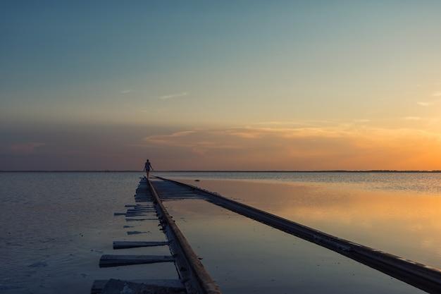 Tramonto di bellezza sul lago salato