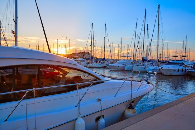 Tramonto di denia in spagna mediterranea delle barche del porticciolo