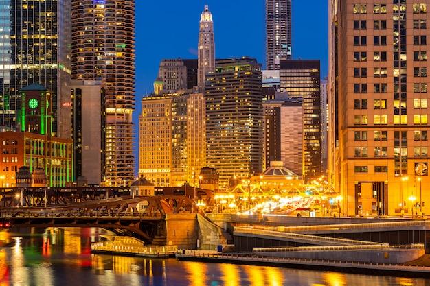 Tramonto di notte del centro di chicago