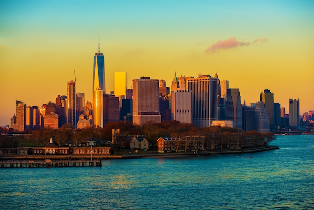 Tramonto di skyline di new york city