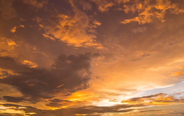 Tramonto dorato drammatico ed alba sopra il cielo di sera crepuscolare di mattina della montagna.