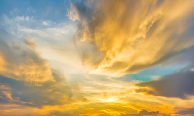 Tramonto drammatico e cielo all'alba.