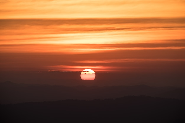 Tramonto drammatico ed alba sopra il cielo di sera crepuscolare di mattina della montagna.