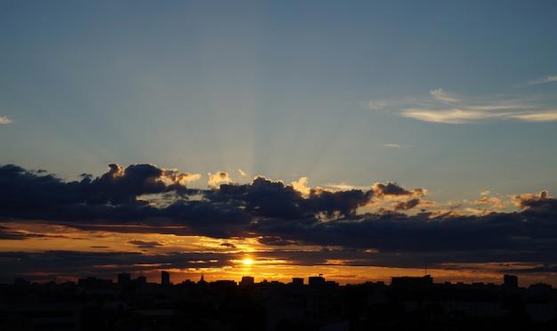Tramonto drammatico sul paesaggio cittadino. tramonto di bucarest