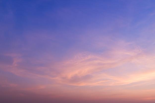 Tramonto e mare con nuvole. sfondo estivo.