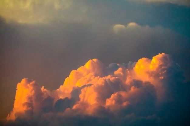 Tramonto e nuvola in nuvola molle del cielo scuro