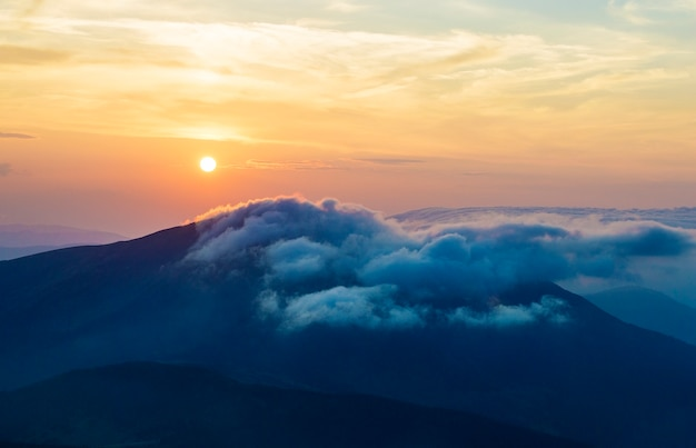 Tramonto in montagna, bei paesaggi ucraini, vacanze, viaggi, trekking in natura, solitudine