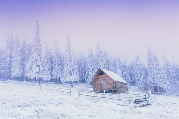 Tramonto in montagna invernale e fantastico chalet