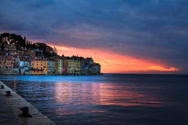 Tramonto luminoso nel romantico romantico centro storico di rovigno, penisola istriana, croazia, europa